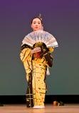 Japanse festivaldanser in kimonoonstage Stock Fotografie