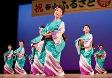 Japanse festivaldansers in kimonoonstage Stock Foto's