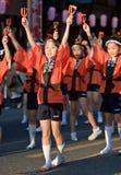 Japanse festivaldansers in oranje happikimono Stock Fotografie