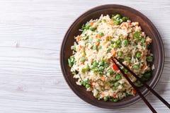 Japanse gebraden rijst met groene erwten en eieren horizontale hoogste mening Stock Afbeeldingen