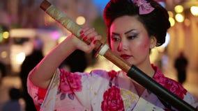 Japanse geisha met zwaard stock video
