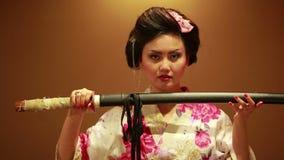 Japanse geisha met zwaard stock footage