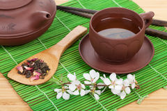 Japanse groene thee en sakuratak over mat Stock Fotografie