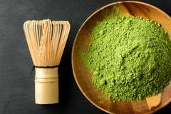 Japanse groene theematcha in een houten kom stock foto