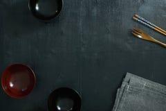 Japanse houten lepel, eetstokjes, kom en tafellinnen stock foto