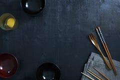 Japanse houten lepel, eetstokjes, kom en tafellinnen stock afbeelding