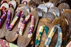 Japanse houten pantoffels op een markt Stock Afbeeldingen