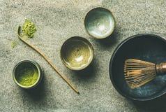 Japanse hulpmiddelen om matchathee, grijze achtergrond, hoogste mening te brouwen royalty-vrije stock fotografie