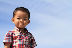 Japanse jongen onder de blauwe hemel Stock Afbeeldingen