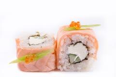 Japanse Keuken, Geplaatste Sushi: zalmbroodje met kaas en komkommer op een witte achtergrond Royalty-vrije Stock Foto's