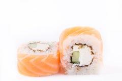Japanse Keuken, Geplaatste Sushi: zalmbroodje met komkommer en kaas op een witte achtergrond Stock Afbeelding
