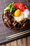 Japanse keuken: gyudon rundvlees met rijst en ui Verticale bovenkant Royalty-vrije Stock Fotografie