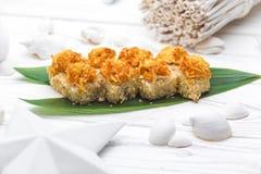 Japanse keuken Sushi met rijst en groenten worden gemaakt die royalty-vrije stock afbeelding