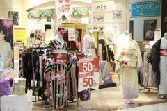 Japanse kimino voor verkoop in opslag Royalty-vrije Stock Fotografie