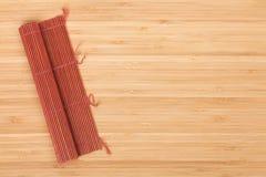 Japanse kokende mat over bamboelijst Royalty-vrije Stock Afbeelding