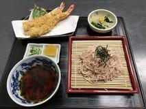 Japanse koude die boekweitnoedels met tempuragarnalen worden gediend Stock Afbeeldingen