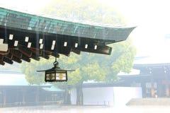 Japanse lantaarn bij tempel, regenachtige dag royalty-vrije stock fotografie