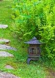 Japanse Lantaarn in Tuin Stock Afbeelding