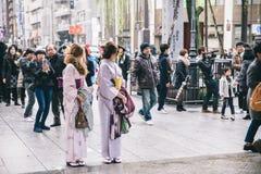 Japanse meisjes die kimono dragen Royalty-vrije Stock Afbeelding