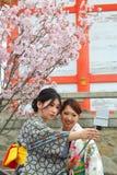 Japanse meisjes die selfie nemen Stock Afbeeldingen