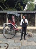 Japanse mens dichtbij de tempel Stock Afbeeldingen