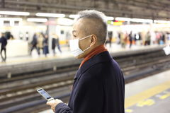 Japanse Mens die gezichtsmasker dragen stock foto