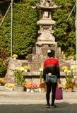 Japanse mens die met originele kledingsbetekenis een tempel bezoeken Royalty-vrije Stock Afbeelding