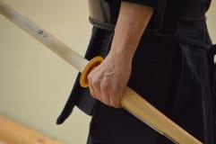 Japanse Mensenholding Kendo Sword In His Hand Royalty-vrije Stock Foto