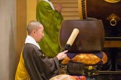 Japanse Monnik bij Zojoji-Tempel in Tokyo Stock Afbeeldingen