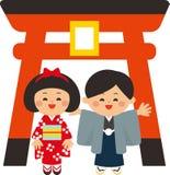 Japanse nieuwe jaarelementen Toriipoort en jonge geitjes die kimono's dragen Het eerste heiligdombezoek van het nieuwe jaar Vlak  stock illustratie