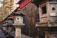Japanse oude steenlantaarns op een rij royalty-vrije stock afbeelding