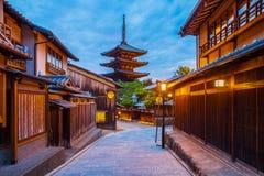 Japanse pagode en oud huis in Kyoto Stock Afbeelding