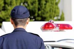 Japanse politieman met patrouillewagen Stock Fotografie