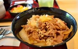 Japanse rijst met geroosterd vlees Stock Afbeeldingen