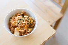 Japanse rijst met Koreaanse kimchi royalty-vrije stock afbeeldingen