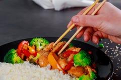 Japanse rijstkom van stukken van kippenfilet met teriyakisaus royalty-vrije stock fotografie
