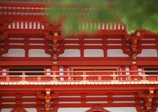 Japanse rode, gouden en witte tempelarchitectuur met leuningsdetails stock foto's