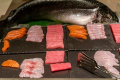Japanse Sashimi in het Japanse buffet stock foto