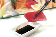 Japanse sashimitonijn in eetstokjes royalty-vrije stock afbeelding