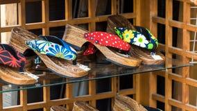 Japanse schoenen op de plank in de opslag, Tokyo, Japan Close-up Royalty-vrije Stock Foto