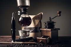 Japanse sifonkoffiezetapparaat en koffiemolen royalty-vrije stock fotografie