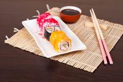 Japanse smakelijke horizontale sushireeks, Stock Afbeeldingen