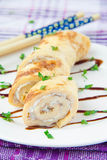 Broodje van de omelet met de roomkaas en de peterselie Stock Foto's