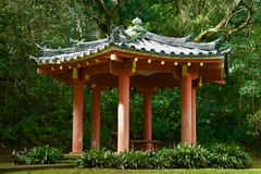Japanse stijlgazebo in een vreedzame tuin stock afbeelding