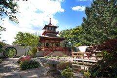 Japanse stijltempel in Brits park Royalty-vrije Stock Afbeeldingen