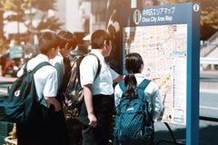 Japanse studenten en kaart stock fotografie