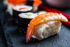 Japanse sushi met garnaal Stock Afbeelding