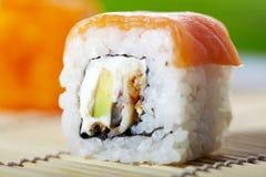 Japanse sushi met zalm Stock Afbeelding