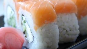 Japanse sushi op zwarte plaat 4k UltraHD-video stock video