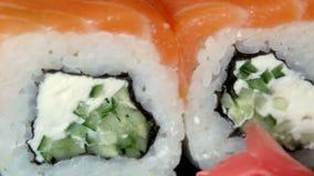 Japanse sushi op zwarte plaat 4k UltraHD-video stock footage
